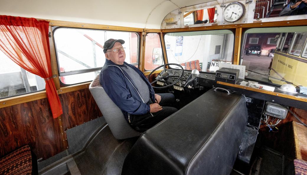 KJØRT: Anders Eide begynte som bussjåfør i Stryn i 1962, og kjørte også denne 1955-modell Volvo-bussen. Han kjørte buss helt frem til han fylte 75 år for fire år siden.