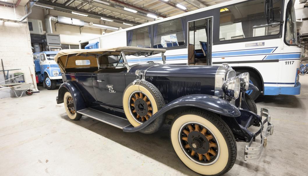 LUKSUS: Nordfjord og Sunnmøre Billag hadde mange luksusbiler som kjørte velstående turister til fjells. Denne 1931-modellen kom til Stryn i 1937, og under krigen ble den lagret under høyet i en låve for ikke å havne hos tyskerne.