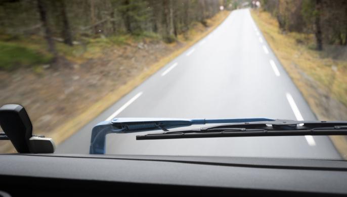 LAKKERT: Selv innsiden av vindusviskerarmene har Tendens blåfarge.