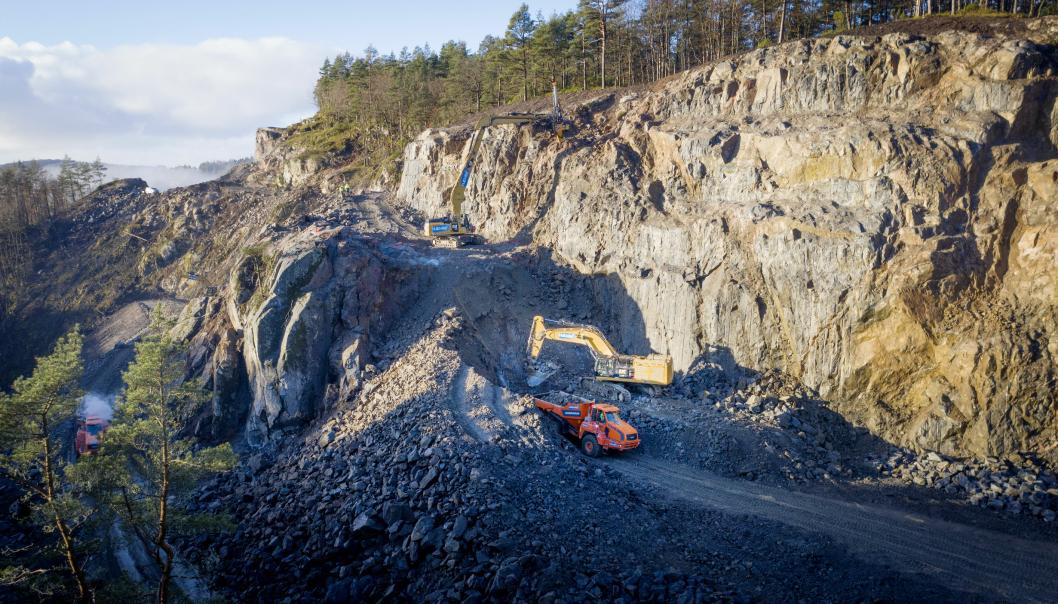 HØYT: Den høyeste skjæringen Hæhre Entreprenør lager på tilførselsveien mellom Mandal og nye E39, er 40 meter høy. Da har Cat 352 graveren med langt aggregat og boretårn vært et svært viktig verktøy sammen med Cat 390-en som står under skjæringa og laster ut.