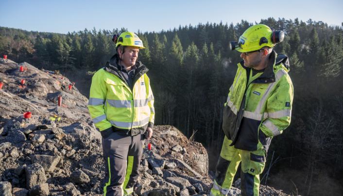 KREVENDE: Anleggsleder Svenn Bertelsen (t.v.) og maskinfører Anders Westland er enige om at terrenget i Mandal er krevende og fjellet dårlig.
