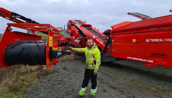 Serviceleder Sindre Byremo i Mineralteknikk AS klargjør to nye maskiner på lageret. Begge skal leveres like etter nyttår. Foto: Mineralteknikk