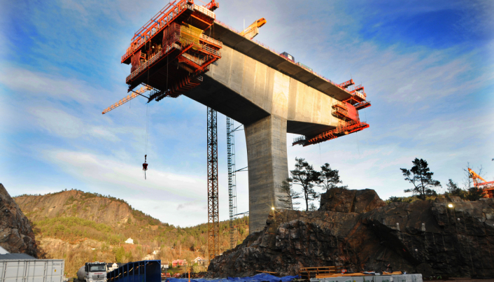 På vestre søyle balanserer nå 70 meter med firefelts motorvei i 24 meters bredde og 60 meter over bakkenivå. Foto: Nye Veier