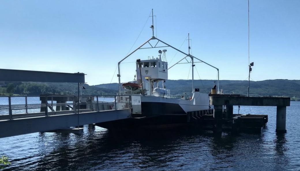Randsfjordferga, som går mellom Horn og Tangen, skal bli elektrisk og trenger nye fergekaier, et arbeid BMO Entreprenør skal gjøre.