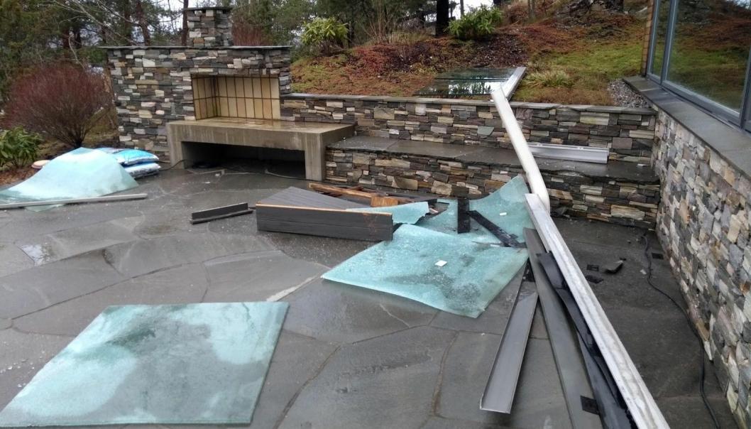 Eksempel på glassrekkverk på takterrasse som har blåst ned. Årsaken var for dårlig innfesting i underlaget. Ingen til skade i dette tilfellet.