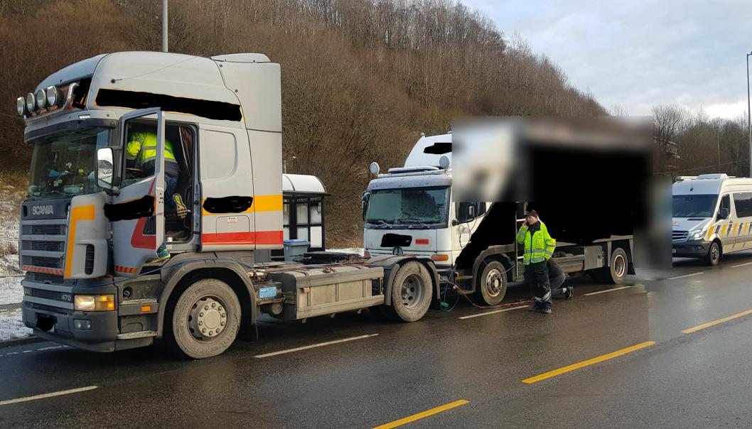 Vegvesenet stoppet ei trekkvogn som forsøkte å dra i gang en lastebil som skulle kjøres ut av Norge til sin nye eier i utlandet.