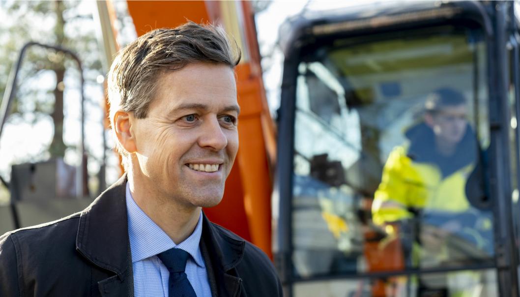 Samferdselsminister Knut Arild Hareide (KrF) trapper vi opp arbeidet med å gjøre anleggsplassene i transportsektoren fossilfrie.