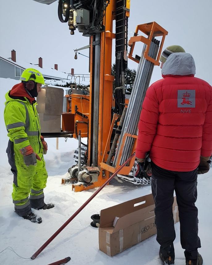 En mobil borerigg tar prøver av grunnen på 20-30 meters dyp i et av de evakuerte områdene.