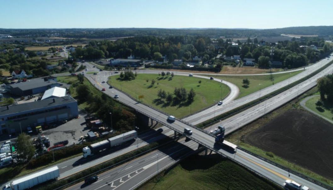 Det skal bygges parallell til Årum bru på riksvei 22 over E6 mellom Fredrikstad og Sarpsborg. Den nye parallellen bygges 15-20 meter sør for dagens bru (foran på bildet), og dermed får Årum bru fire felt pluss gang- og sykkelvei.