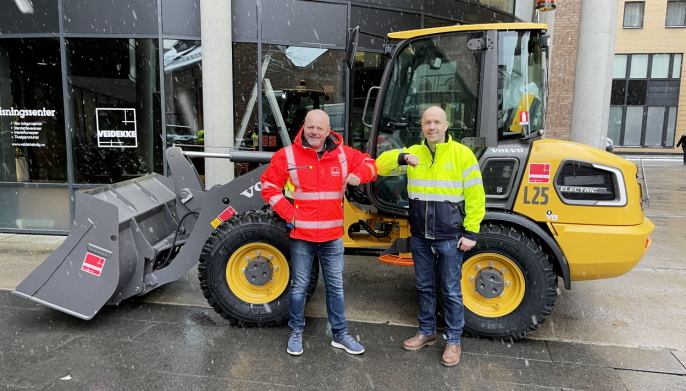 Overlevering av Volvo L25 Electric 19. januar 2021. Veidekke bestilte sin Volvo L25 Electric under Bauma i Munchen i april 2019 Fra venstre: Are Ellefsrud (Maskinsjef, Veidekke) og Kenneth Hansen (Salgssjef, Volvo Maskin).