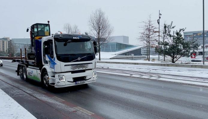 En elektrisk Volvo-lastebil fra NCC på vei for å levere den elektriske gravemaskinen til K. Baugerød Anlegg.