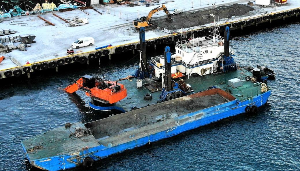Mudringsfartøyet Ceasar i aksjon i Harstad. Sjøentreprenøren et et selskap i NCC-konsernet som er spesialister på graving og sprenging i vann.