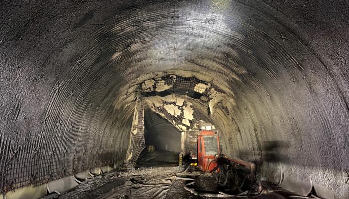 Det er en oppryddingsjobb å gjøre i den delen av Haramsfjordtunnelen der en betongsprøyterigg brant 8. januar 2021.