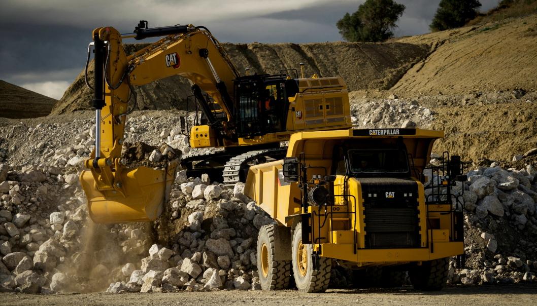 Cat 374 på 72 tonn laster opp en 772G-dumper.