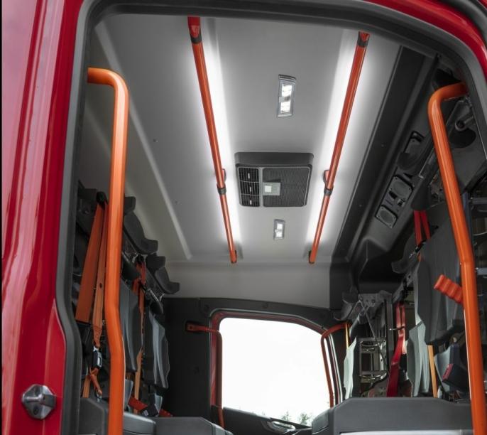 Oransje håndtak og sikkerhetsbelter skal gjøre det enkelt å ivareta sikkerheten under krevende forhold.