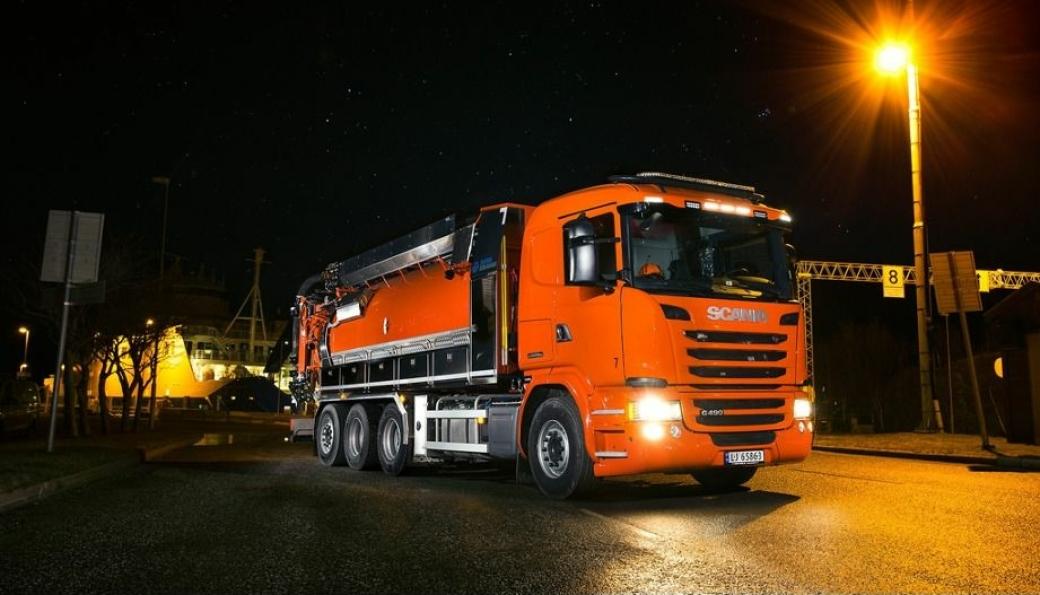 Med sine oransjer biler, er Kjelsberg Transport godt synlige på veiene i Trøndelag, når de er ute på oppdrag, tidlig og sent. Det skal de fortsette å være.