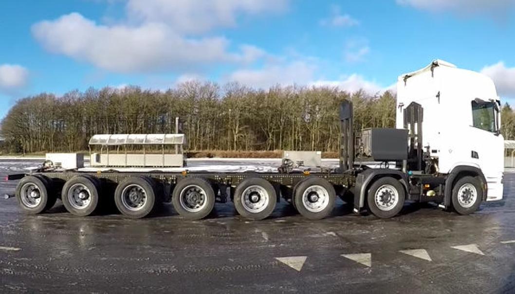 Hjulene er tett i tett på denne Scania R730 16x4-en.