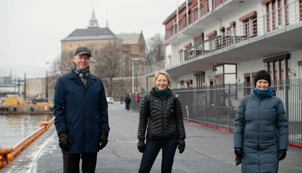 Havnedirektør Ingvar M. Mathisen, eiendomsdirektør i Oslo Havn, Åsa Nes og Pia Bodhal, fungerende daglig leder i FutureBuilt, foran Skur 38 på Akershusstranda.