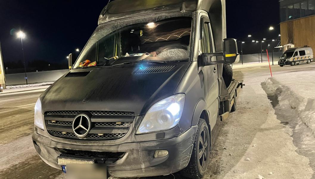 Polskregistrert varebil ble stoppet på ulovlig oppdrag i Norge, med overlast og manglende lys bak.