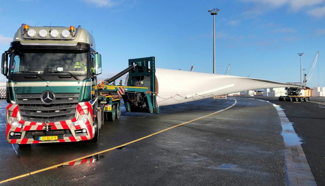 FØRSTE TUR: Bolk Transport utførte første turen med den nye DOLL kombinasjonen med 65 meter lange vindmølleblader i januar.