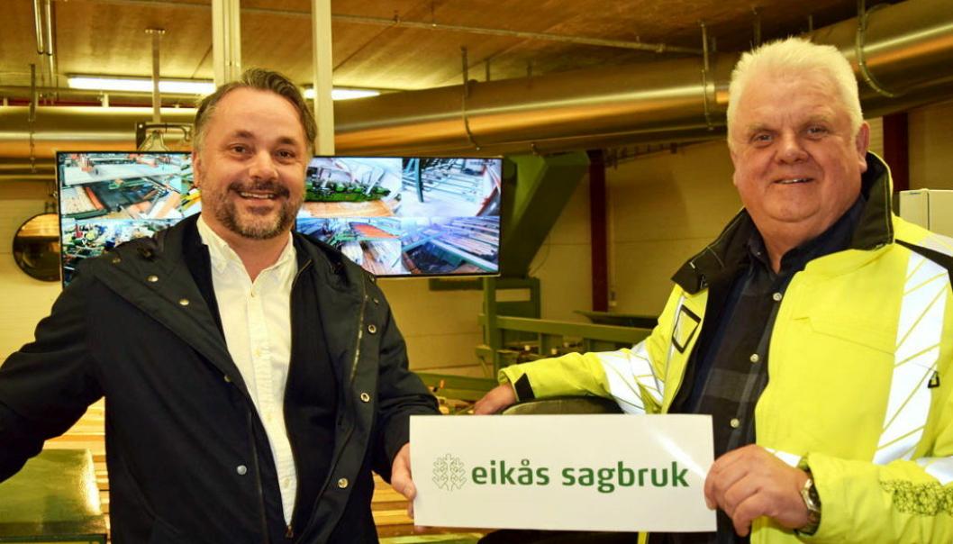 Adm. direktør Anders R. Øynes i AT Skog (t.v.) og daglig leder John Anker Telhaug i Eikås Sagbruk, er begge strålende fornøyd med oppkjøpet.