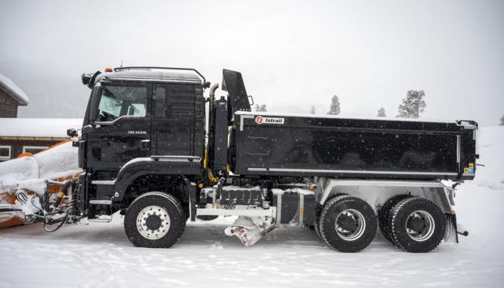 KOMPLETT: den nye MAN 6x6-bilen til Numedal Graving og Transport er utstyrt med både brøytefeste og underliggende fra Mählers.