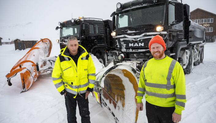 TILVENNING: Morten Åsgrav kjører den nye 6x6-bilen mens Bård Inge Thon kjører 8x6. Den er litt lenger enn en vanlig 4-aksling og det krever tilvenning på svingete veier.