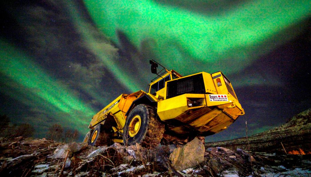 Volvo A35 rammestyrt dumper under nordlys i Bjerkvik i Nordland.