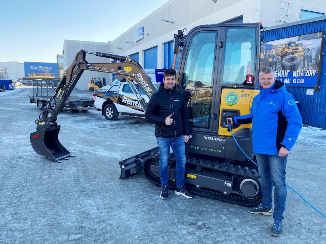 BLE FØRST: Kjetil Friestad (t.v.) i utleieselskapet Rental One AS får her overlevert sin el-minigraver Volvo ECR25 Electric av distriktssjef Tor Anders Skjæveland i Volvo Maskin.