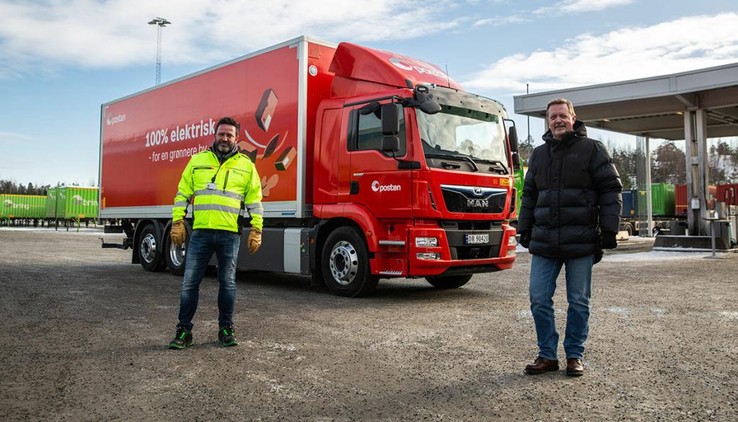 Postens nye elektriske lastebil erstatter en tilsvarende dieselbil. Det er et godt eksempel på klimavennlig teknologi som offentlige anskaffelser kan bidra til, skriver Miljødirektoratet i en nyhetsmelding. Postens konserndirektør Hans -Øyvind Ryen (t.v.) og Lars B. Sand i Man Truck & Bus ved overleveringen av batteri-lastebilen.
