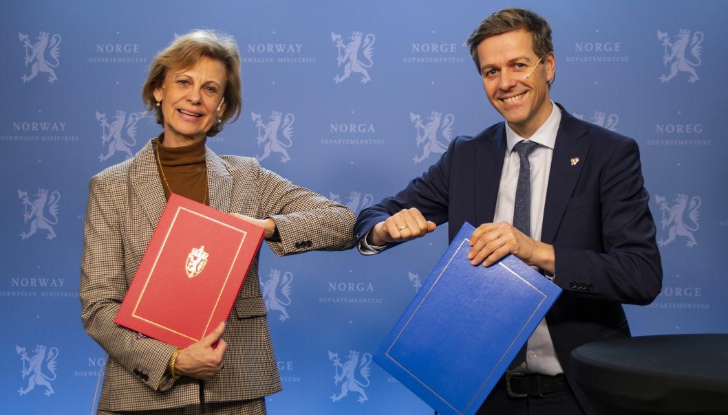 Sveriges ambassadør til Norge, Cecilia Björner, og samferdselsminister Knut Arild Hareide signerte avviklingsavtalen for bomstasjonene ved Svinesund fredag 19. februar.