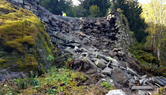 Bilde av steinmuren som raste i Minesvingen på Stalheimskleiva i september 2020. Nede til høyre skimtes toppen av stikka på Volvo-gravemaskinen som fulgte med raset.