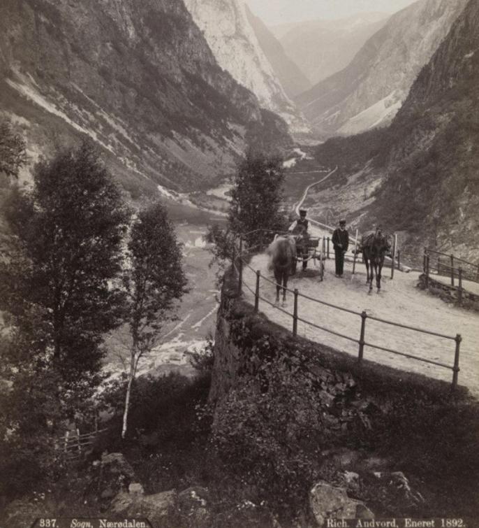 Bilde av Minesvingen i 1892, med smijernrekkverk.