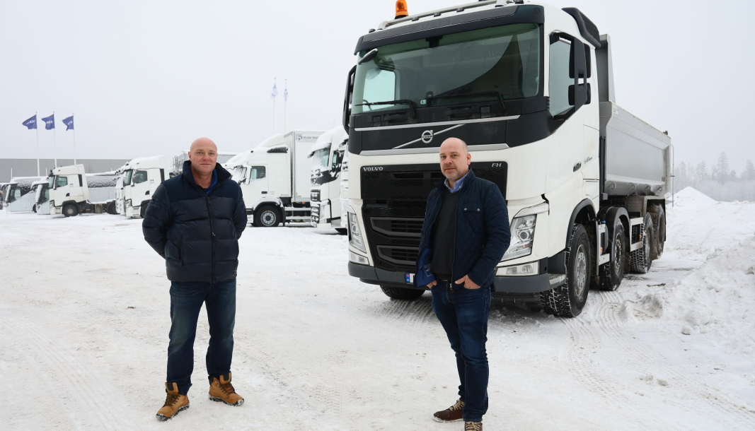 ANLEGG: Salgssjef Stig Holtan t.v. og Markedssjef Bjørnar Zell forteller at flere og flere leier biler også for anleggskjøring.