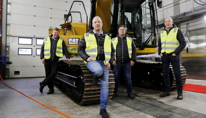 TEAM KJELDAAS: Kjeldaas AS fikk nylig sin første Z Line 320 (25 tonn) beltegraver på batteri. Her er (f.v.) Øystein Bjørløw (teknisk rådgiver og faglig leder), Kjetil Auke (maskinansvarlig), Bent Jahren (mekaniker) og Paul Arne Bonden (verksmester) på plass hos leverandør Pon Equipment.