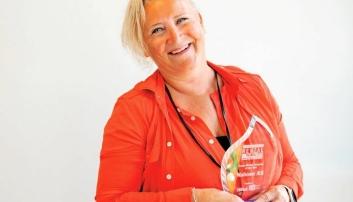 INTERNASJONAL PRIS: En stolt konsernleder i Naboen AS, Nina Aasland, med prisen «Large Rental Company of the Year» for 2018.