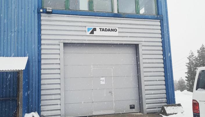VERKSTED: Tadano-skiltet er på plass på verksteddøren.