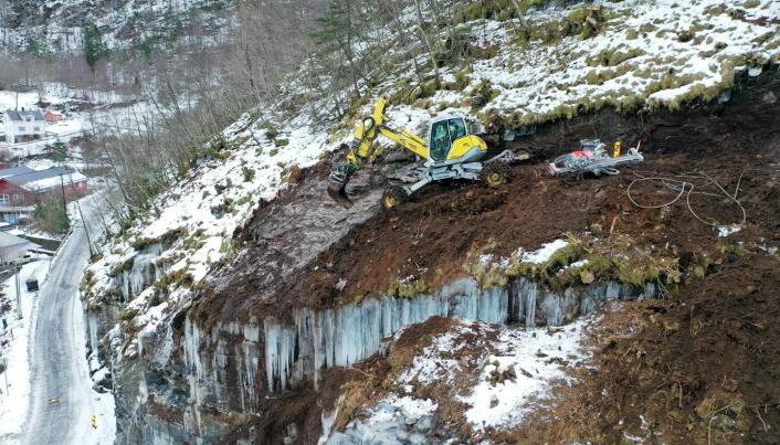 GANG- OG SYKKELVEI: Nedenfor fjellskrenten skal det bygges gang- og sykkelvei, men området overfor måtte først sikres mot jordras.