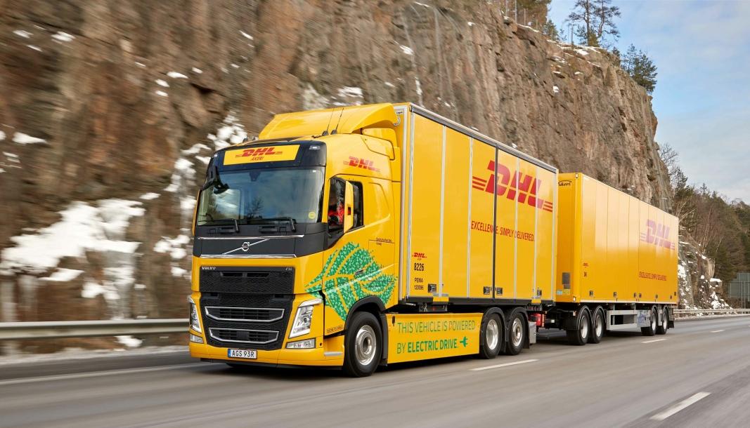 OPP TIL 60: DHL tar nå i mars i bruk den første Volvo lastebilen beregnet for 60-tonns totalvekt. Det skal gå mellom Gøteborg og Jönkjöping. Foto: Volvo Trucks.