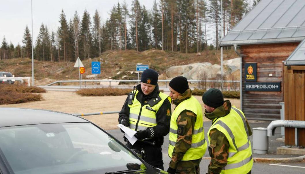 Forsvaret og politi er på plass på grenseoverganger mellom Norge og våre naboland for å ha kontroll med hvem som reiser over grensen. Fra og med 1. mars kan dagpendlere fra Sverige og Finland igjen reise på jobb i Norge.