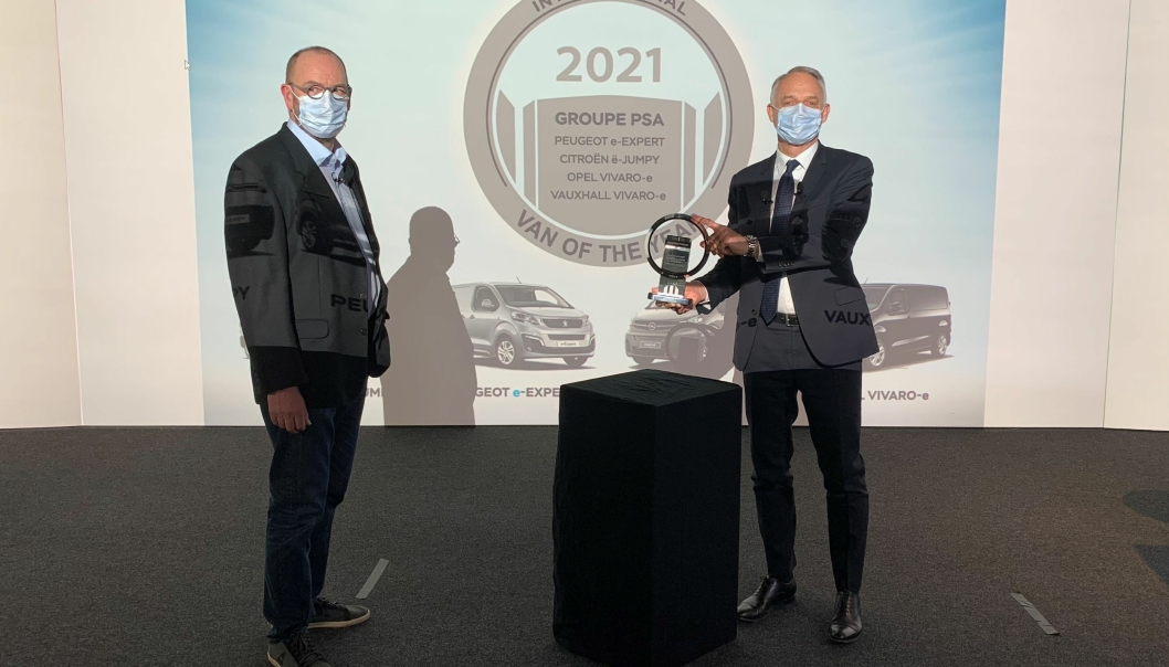 UTDELT: Det franske jurymedlemmet i den Internasjonale van of the Year-juryen, Richard Pizzol (t.v.), delte på vegne av juryen ut det offisielle van of the year trofeet til Xavier Peugeot, senior visepresident for Groupe PSAs forretningsenhet for lette kommersielle kjøretøyer.