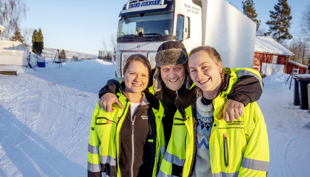FAMILIEBEDRIFT: Døtrene Anette (t.v.) og Trude har alltid jobbet sammen med pappa Trond Johnsen. Sammen har de fokusert på både kjørestil og tomgangskjøring. Det har bedret resultatene betydelig.