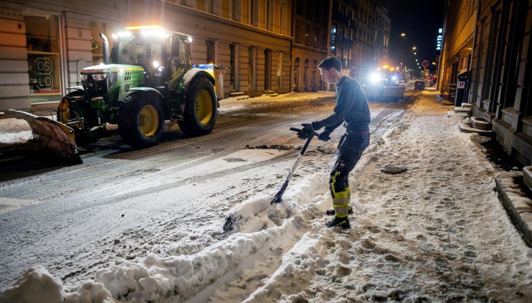 TID: Det tar noen minutter hver eneste gang Øyvind Ramberg og kollegaene fra Hadeland Maskindrift må ut av traktoren for å rydde vekk henslengte el-sparkesykler.
