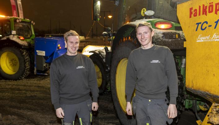 LEI: Anders Backe (t.v.) og Øyvind Ramberg har fått mange turer ut av traktoren når de har brøytet i Oslo sentrum denne vinteren