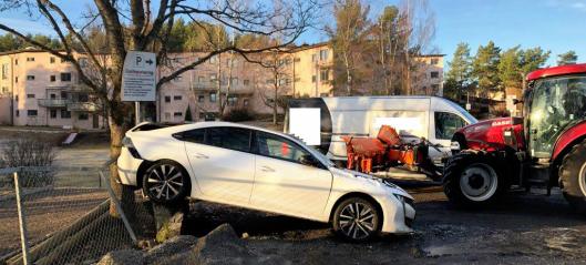 - Totalskadet to biler med brøyte-traktor