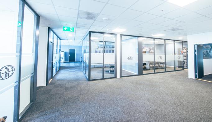LYS OG ÅPEN: Kontorfløyen i 2. etasje har god plass.