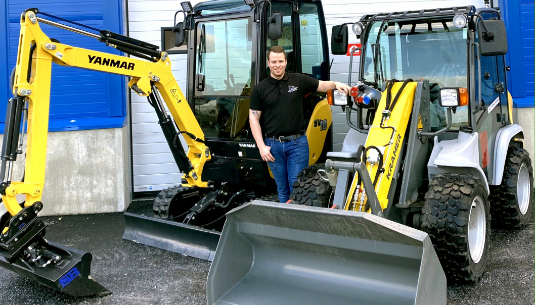 Christian Aakre, selger og partner i Midt-Norsk Maskin AS, med en Kramer-maskin og en Yanmar-graver på plass i Trøndelag.