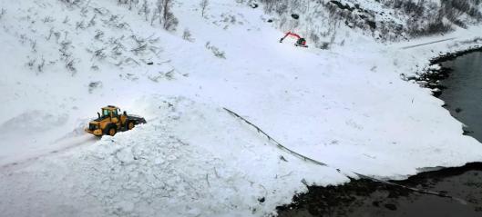 Video: Gravemaskiner og hjullastere rydder veien etter snøras