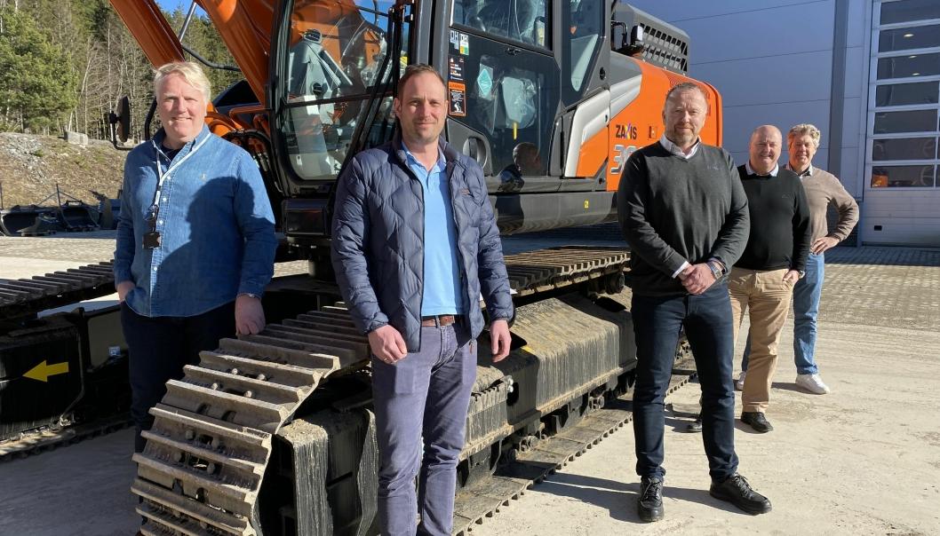Fra venstre: Frank Duvholt (daglig leder hos Marthinsen & Duvholt AS), Kenneth Lensberg (maskinsjef hos Marthinsen & Duvholt), Nils-Arve Norendal (konsernkundeansvarlig hos Nasta), Tom Johansen (administrerende direktør i Nasta) og Lars Engmark (salgssjef hos Nasta).