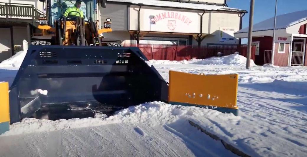 Flytfunksjonen gjør at klaffen kan ta ned snø fra fortau mens skuffa er på veinivå.